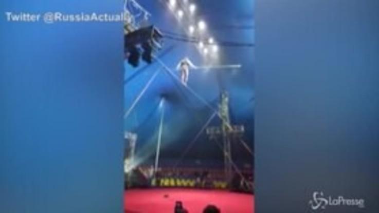 Russia, trapezista scivola dalla fune: la caduta è spaventosa