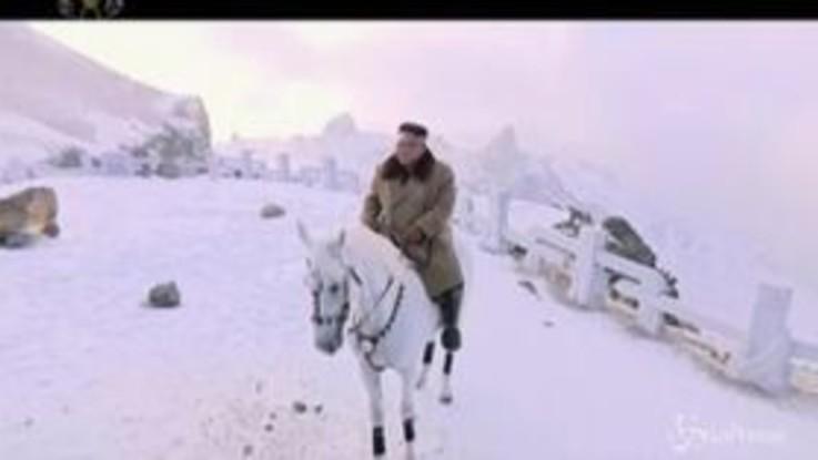 Corea del Nord, il leader Kim Jong Un a cavallo tra la neve