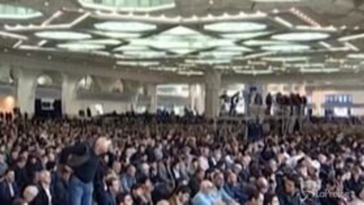 """Iran, in migliaia cantano """"morte all'America"""" dopo l'uccisione del generale Soleimani"""