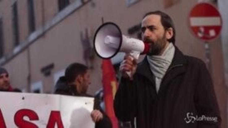 Roma, manifestazione davanti alla Banca Popolare di Bari