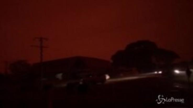 Incendi in Australia, il cielo è rosso sangue sopra Mallacoota