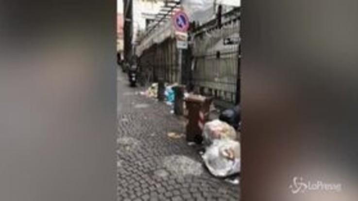 Napoli, dopo Capodanno rifiuti ancora nelle strade