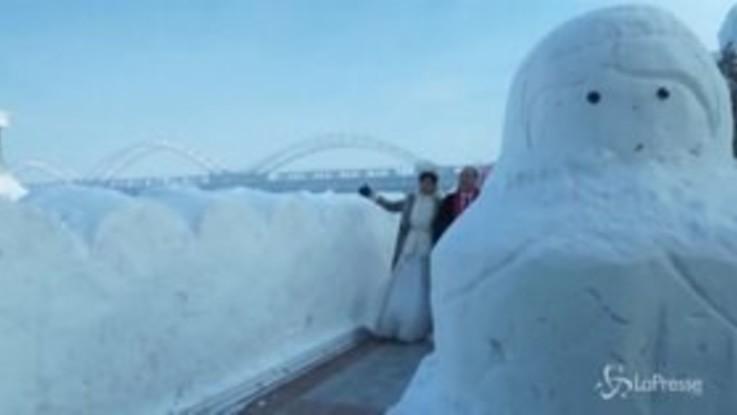 Cina, matrimonio collettivo nella città del ghiaccio di Harbin