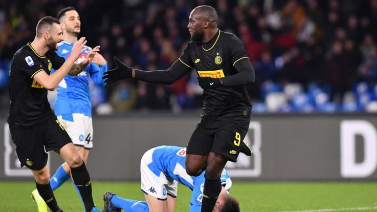 Serie A, l'Inter passa a Napoli e tiene il passo con la Juve