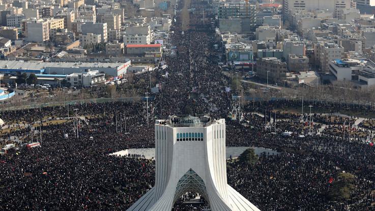 Folla a funerali Soleimani. Iran minaccia Trump: Sarà nuovo Vietnam