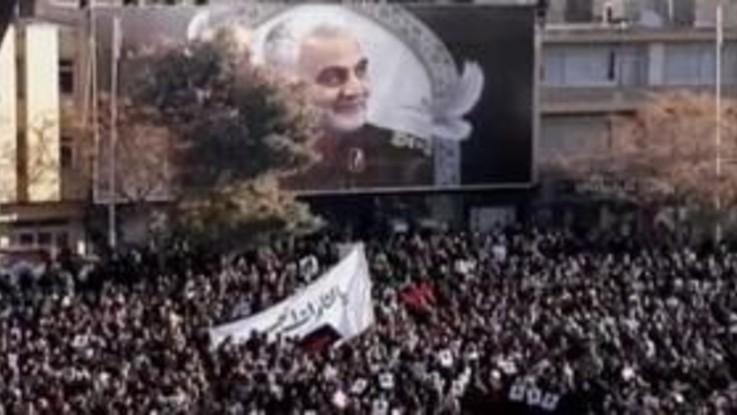 Funerali Soleimani: enorme folla anche a Kerman, città natale del generale iraniano