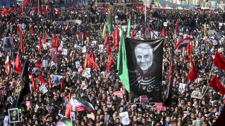 "Folla a funerali Soleimani. Iran minaccia Trump: ""Sarà nuovo Vietnam"""
