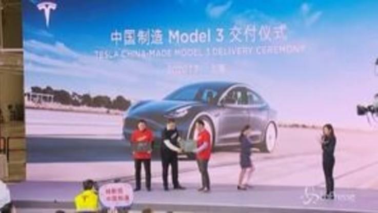 """Tesla, Elon Musk si scatena alla cerimonia di consegna delle prime Model 3 """"made in China"""""""