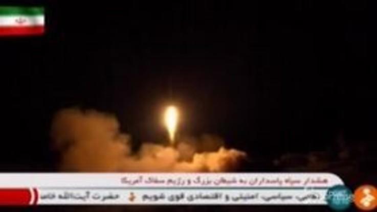 Il lancio di missili verso l'Iraq, le immagini della tv iraniana