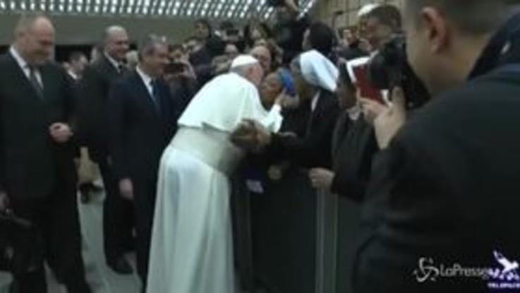 """Il Papa scherza con una suora: """"Non mordermi"""""""