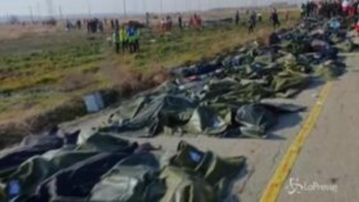 Iran, aereo caduto: i corpi in fila sul luogo del disastro