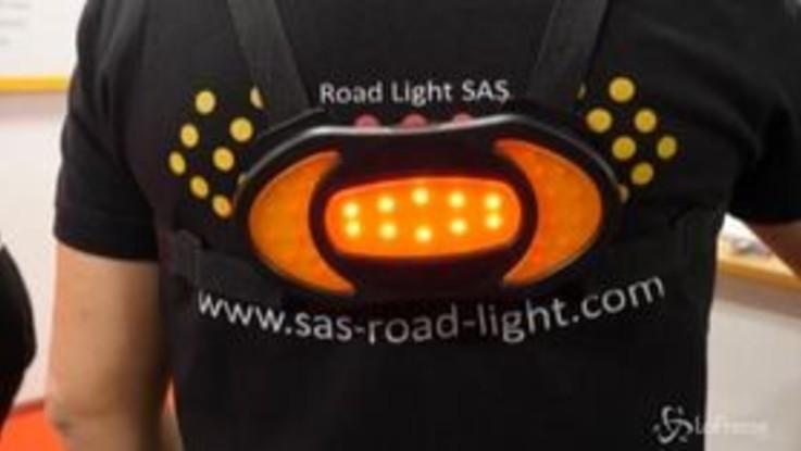 La pettorina luminosa indica la direzione, a Las Vegas anche un'invenzione per bici e monopattini