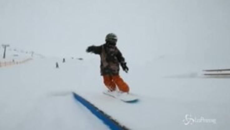 A soli 4 anni sembra già una veterana della tavola, la baby snowboarder 'danza' sulla neve