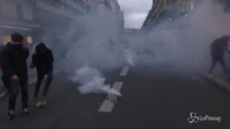 Parigi, violenti scontri a corteo contro la riforma delle pensioni