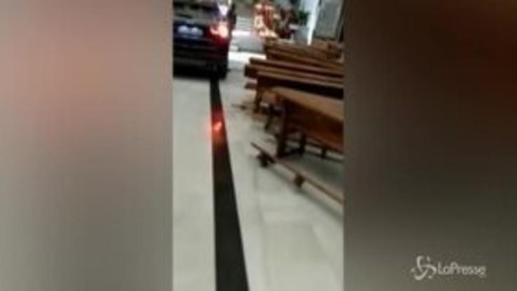 """Entra in chiesa con il Suv perché """"posseduto"""", caos in Spagna"""