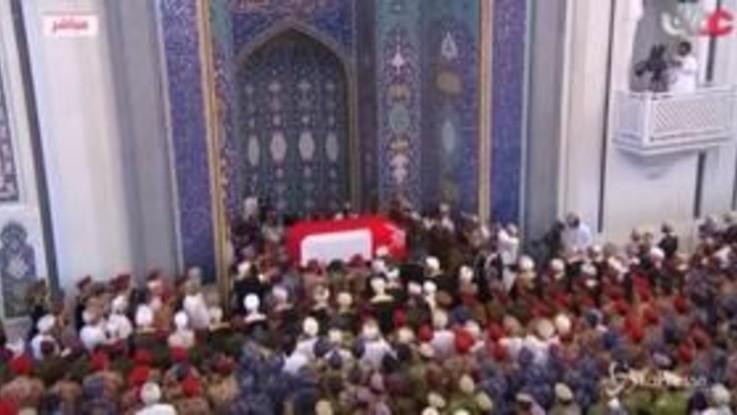 Morto il sultano dell'Oman, in migliaia ai funerali