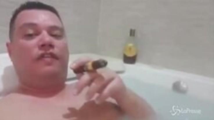 Regionali in Calabria, nella vasca con rum e sigaro: il candidato leghista imbarazza Salvini