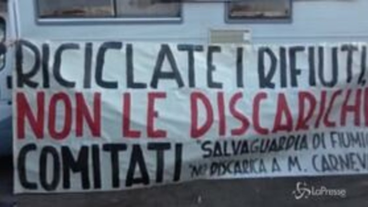 """Roma, la rabbia dei cittadini contro la discarica a Monte Carnevale: """"Noi diciamo no"""""""