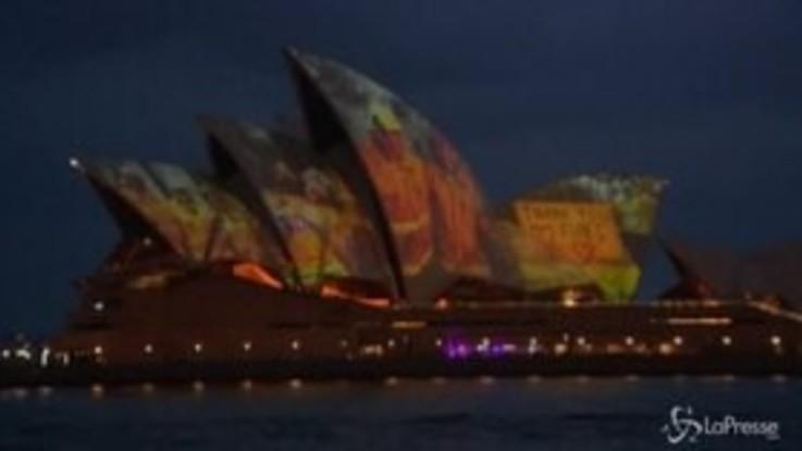 Incendi Australia: Sydney Opera House illuminata per ringraziare vigili del fuoco