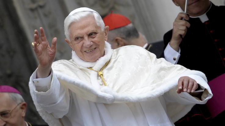 Vaticano, Benedetto XVI si schiera contro ordinazione di uomini sposati