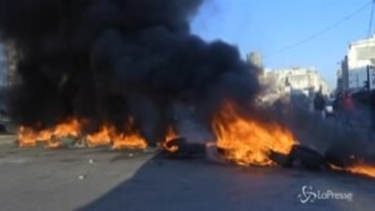Beirut, copertoni in fiamme e traffico paralizzato: riprende la protesta