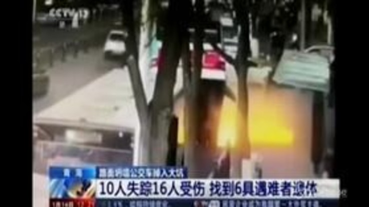 Tragedia in Cina: il bus finisce in una voragine in strada, morti e feriti