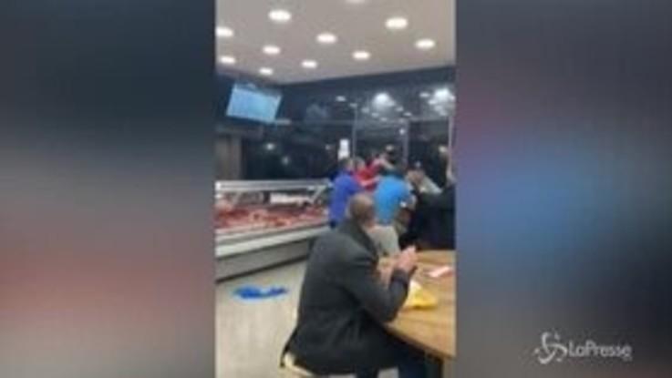 Scoppia la rissa nel fast food, il cliente mangia imperturbabile
