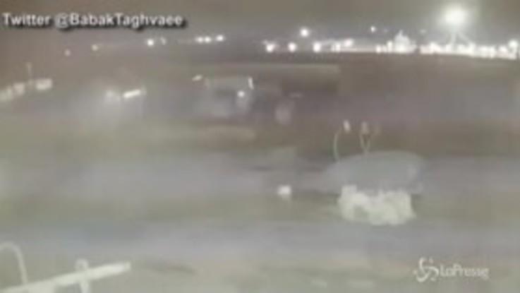 """Aereo abbattuto in Iran, spunta un nuovo video: """"È stato colpito da due missili"""""""