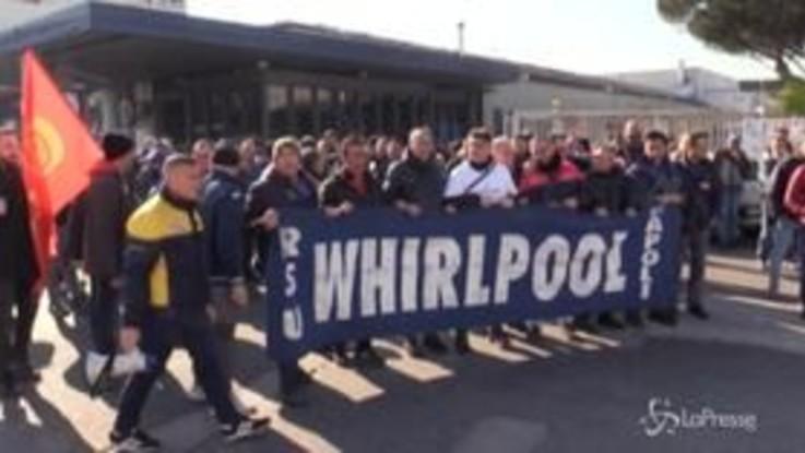 """Napoli, tensioni al corteo degli operai della Whirlpool: """"Governo di incapaci"""""""