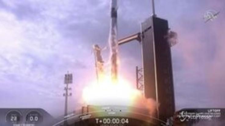 SpaceX, il volo della navicella nei cieli della Florida