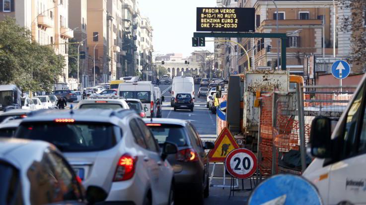 Roma seconda al mondo per ore perse nel traffico: peggio solo Bogotà