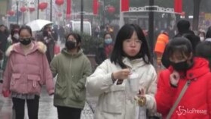Virus cinese, a Wuhan le mascherine protettive vanno a ruba