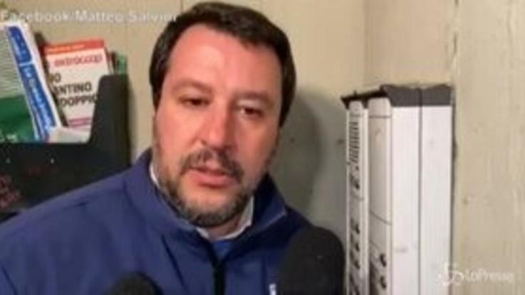 """Bologna, Salvini suona al citofono: """"Lei spaccia?"""""""