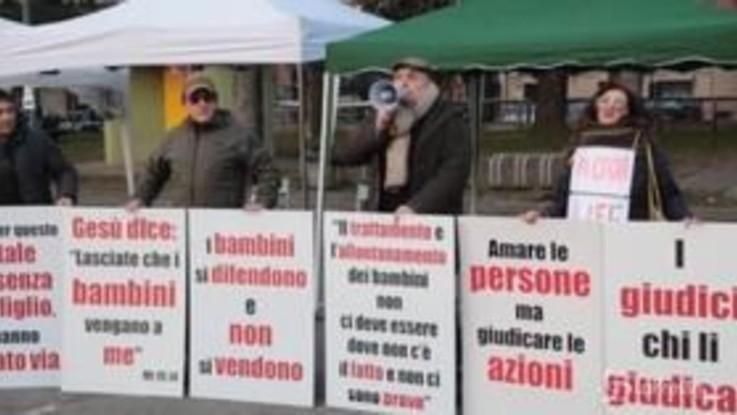 """Bibbiano, cittadini in piazza con la Lega: """"Vogliamo che il caso non venga insabbiato"""""""