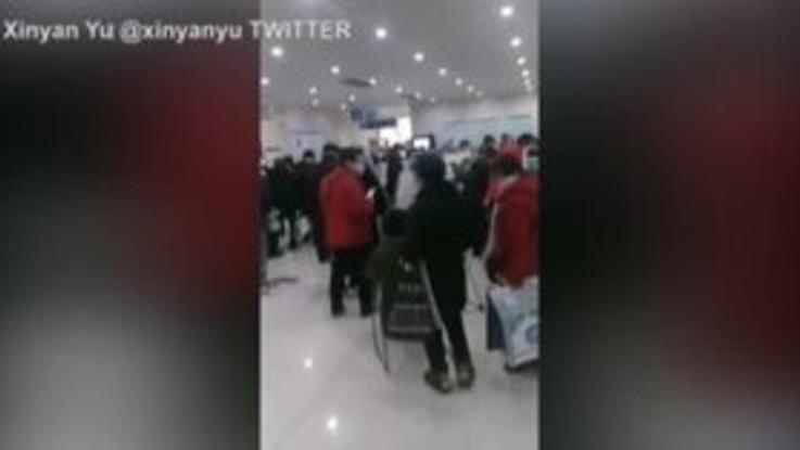 Virus Cina: pazienti in coda negli ospedali di Wuhan