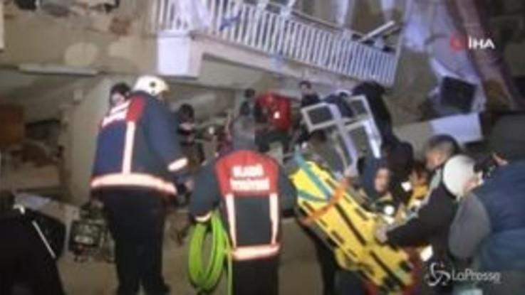 Terremoto Turchia: palazzi crollati, si cerca tra le macerie