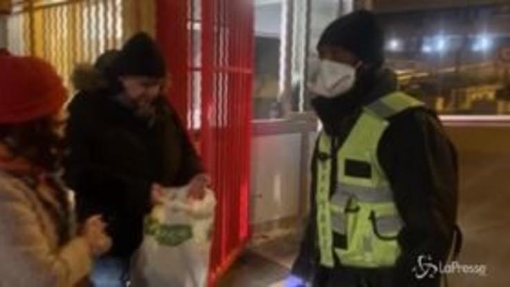 Virus cinese, tre casi in Francia: mascherine all'ospedale di Parigi
