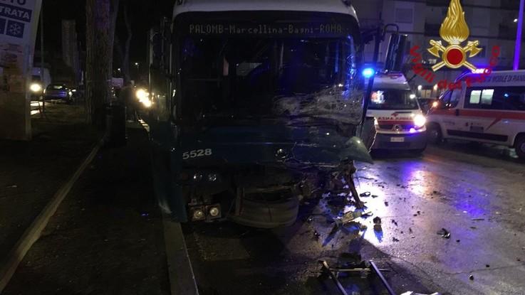 Auto contro bus a Roma, muoiono due ragazzi