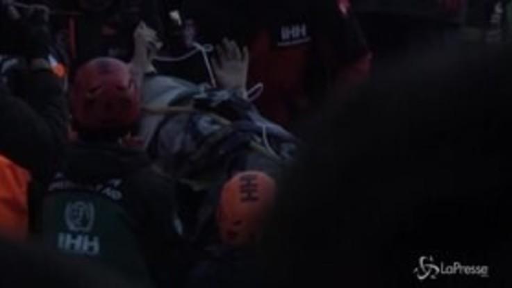 Terremoto in Turchia, il salvataggio di una persona dalle macerie