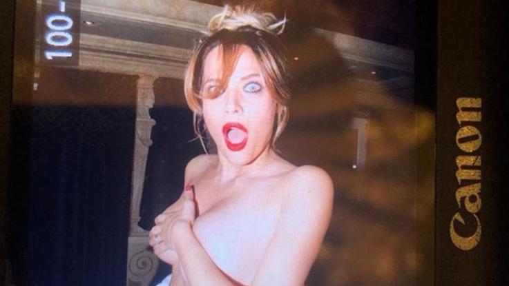 Un milione di follower, Laura Chiatti festeggia con un topless
