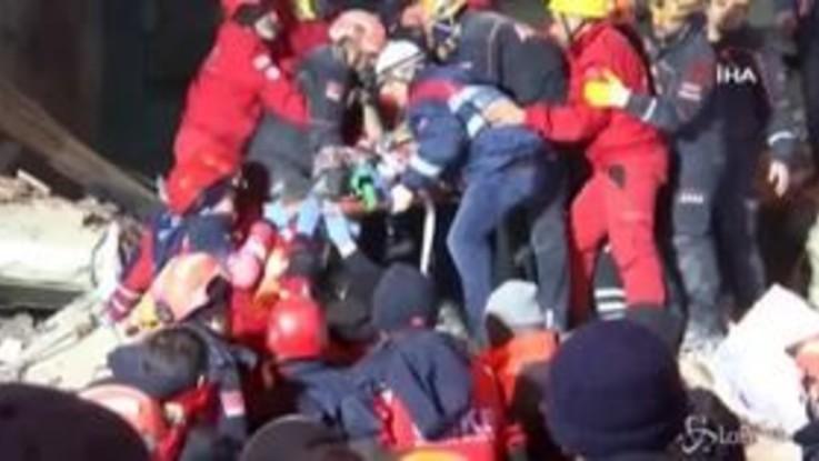 Terremoto in Turchia, soccorritori a lavoro tra le macerie