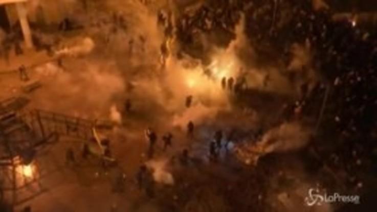 Libano, scontri tra polizia e manifestanti davanti alla sede del governo