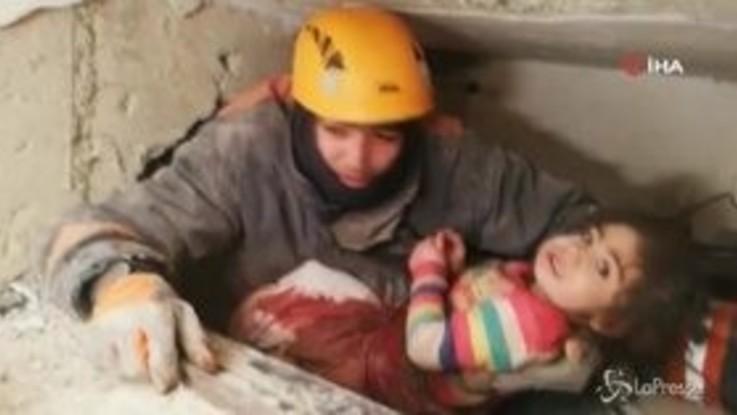 Terremoto Turchia, bimba di 2 anni estratta viva dalle macerie