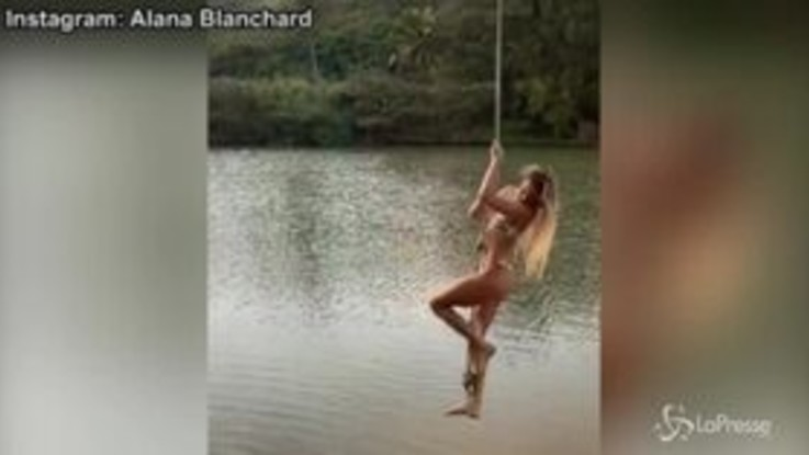 Alana Blanchard super sexy dondola su un'altalena di corda