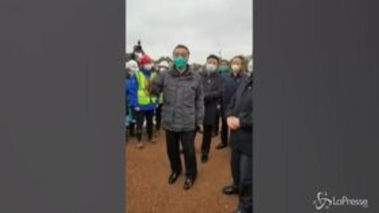Virus Cina, il discorso motivazionale del premier Li Keqiang ai lavoratori del nuovo ospedale di Wuhan