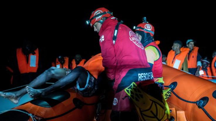 Migranti, Open Arms salva 102 persone su barca in difficoltà