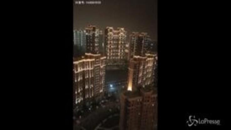 """Virus cinese, il grido degli abitanti confinati nelle loro case: """"Wuhan, combatti!"""""""