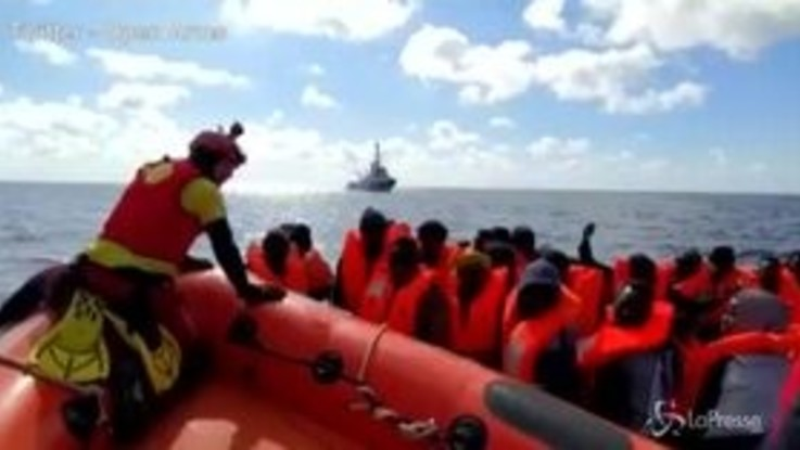 Migranti, nuovo soccorso in mare per Open Arms: 237 a bordo