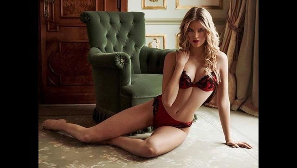 Sara Croce in intimo rosso più sexy che mai | FOTOGALLERY