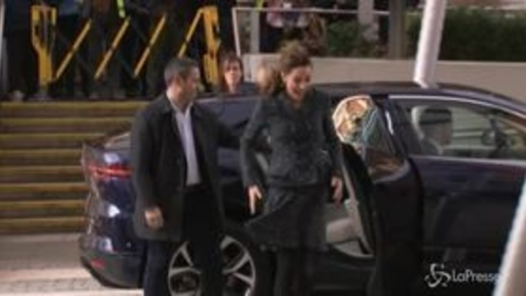 Kate Middleton come Marylin: il vento le alza la gonna mentre scende dall'auto